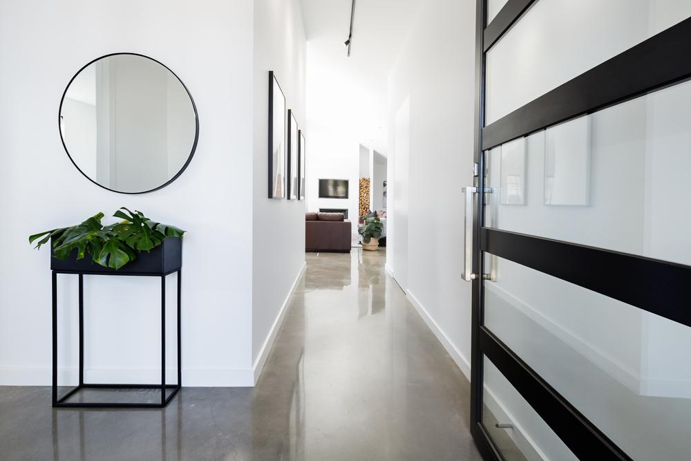 مرآة على جدار الممرّ في المنزل