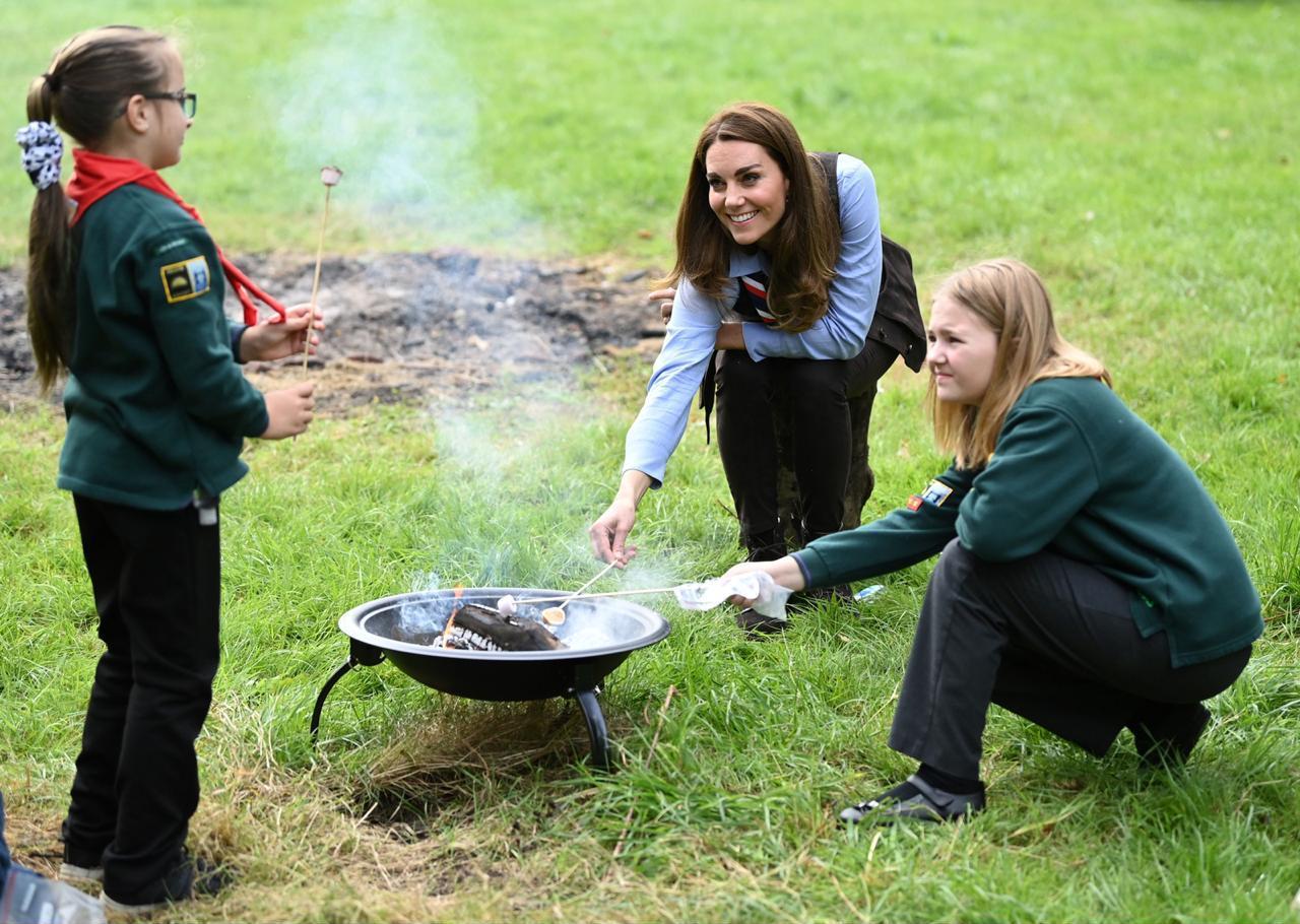 كيت تشارك فريق الكشافة إعداد الطعام