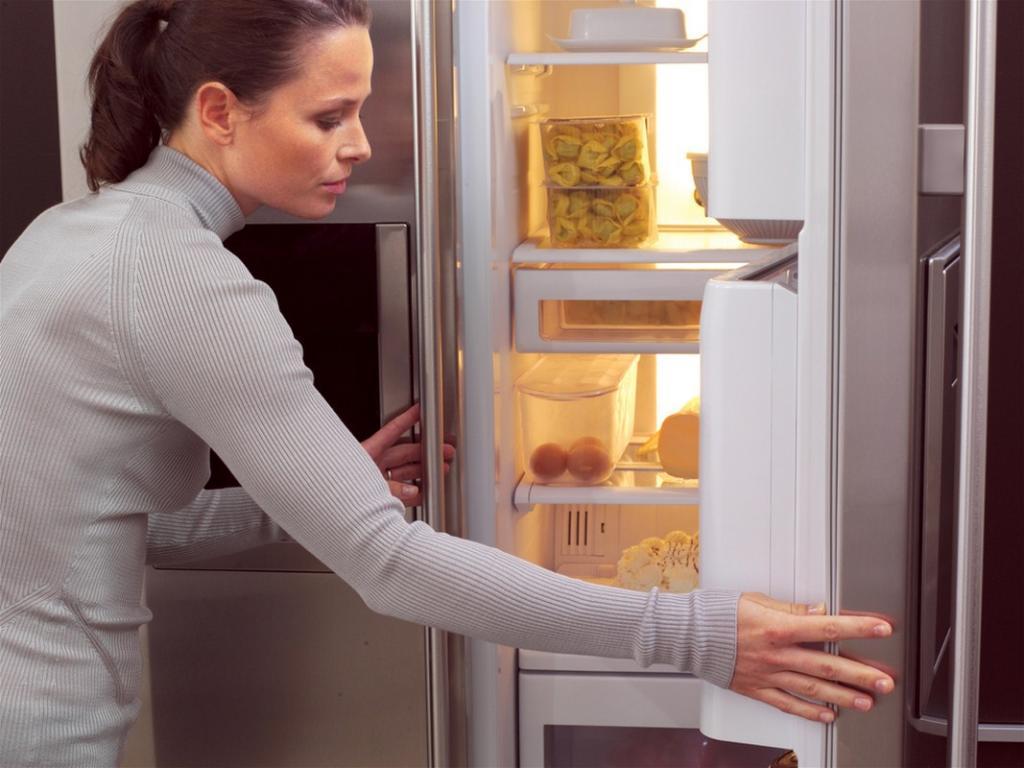 7 خطوات عمليّة لتنظيف الثلاجة