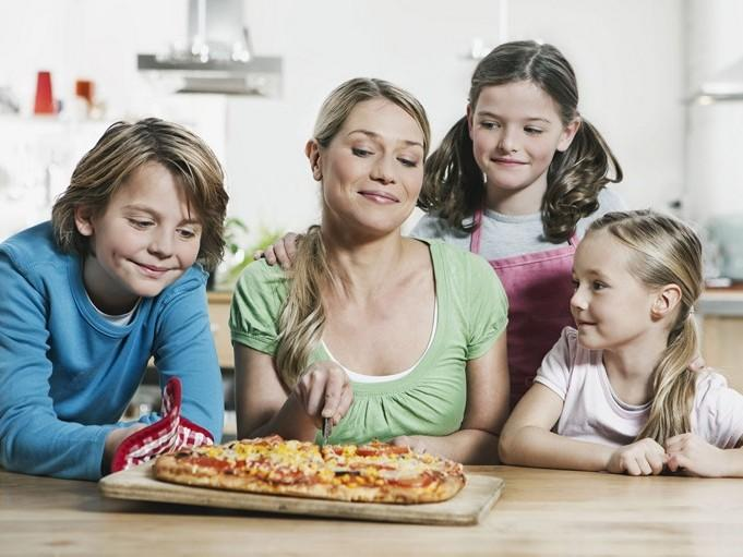 """بيتزا """"ماما"""" من مطبخ منال العالم"""