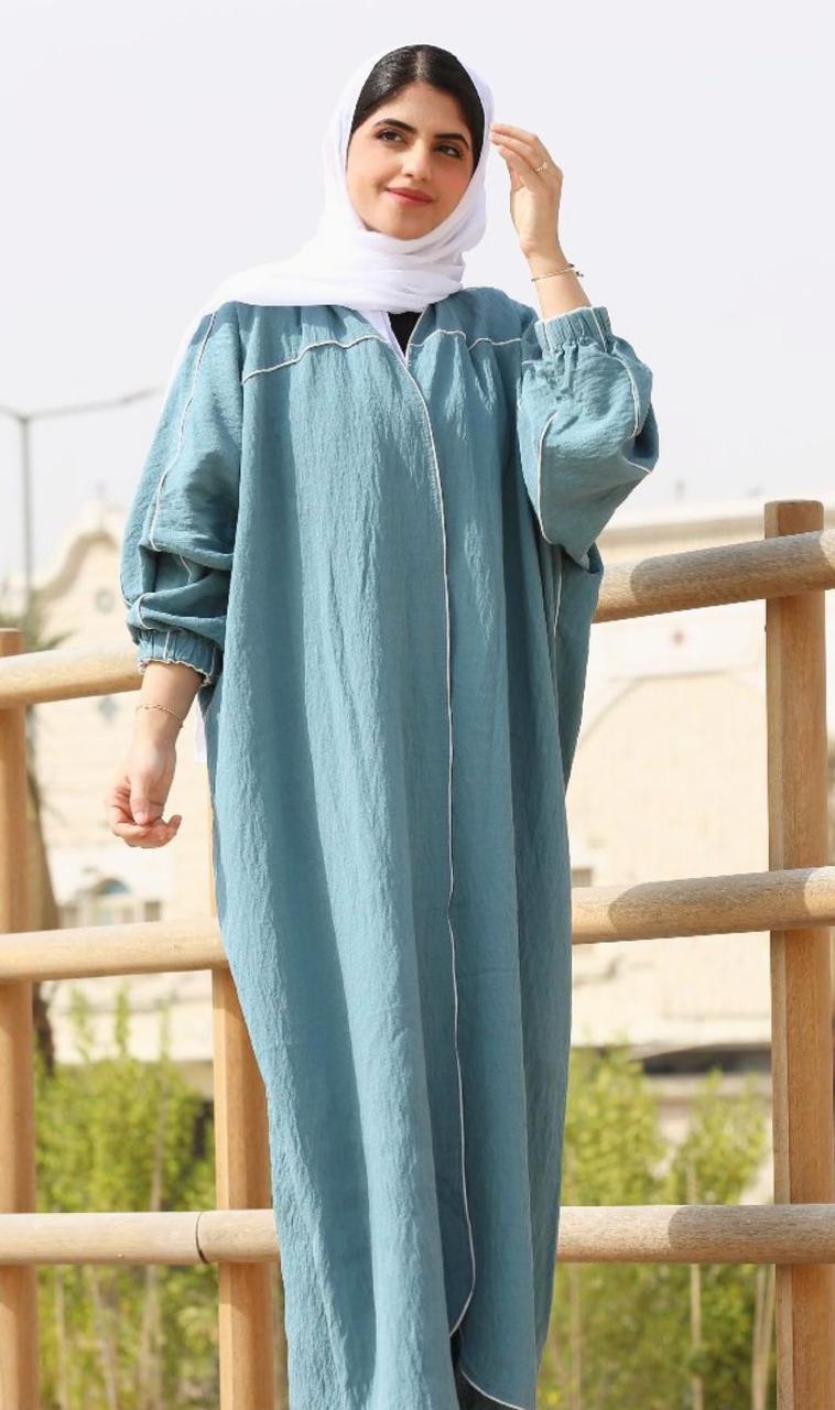 10 ملاك ال داوود بعباية صيفية زرقاء -الصورة من الانستغرام