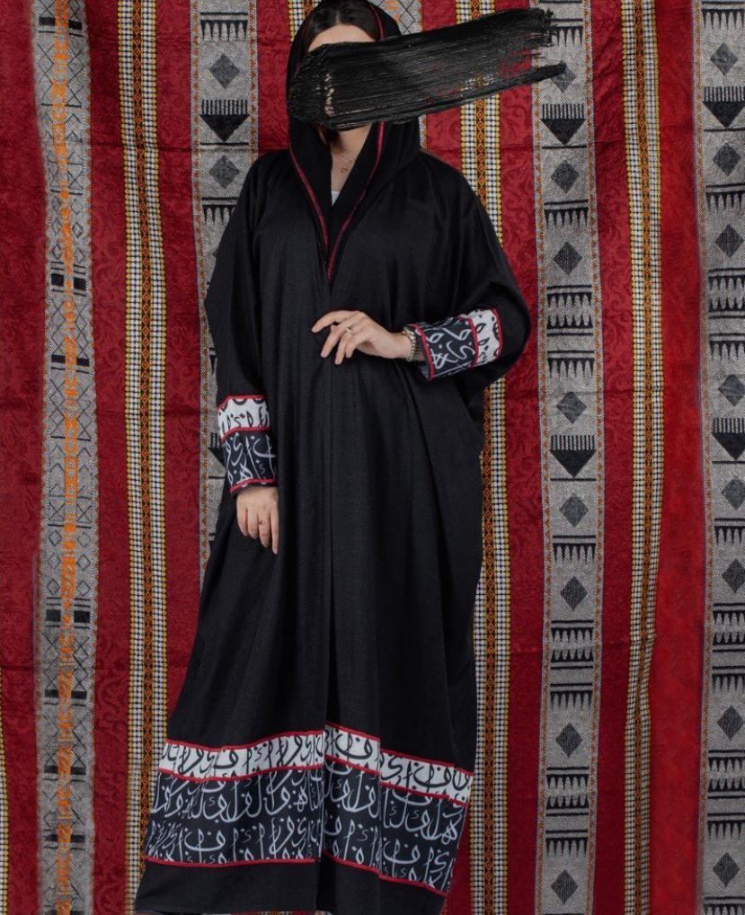 1 عباية بحروف عربية من المصممة فاطمة عبدالله -الصورة من حسابها على الانستغرام