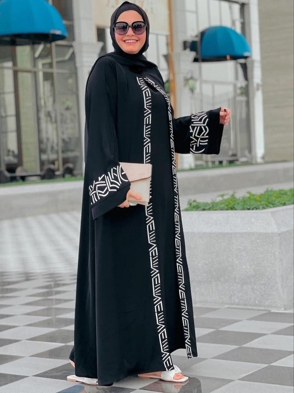 1 عباية سوداء مفتوحة من اية فوزي -الصورة من الانستغرام