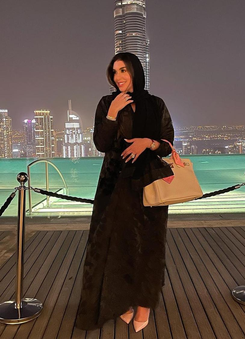 1 ياسمين صبري بالعباية السوداء -الصورة من حسابها على الانستغرام