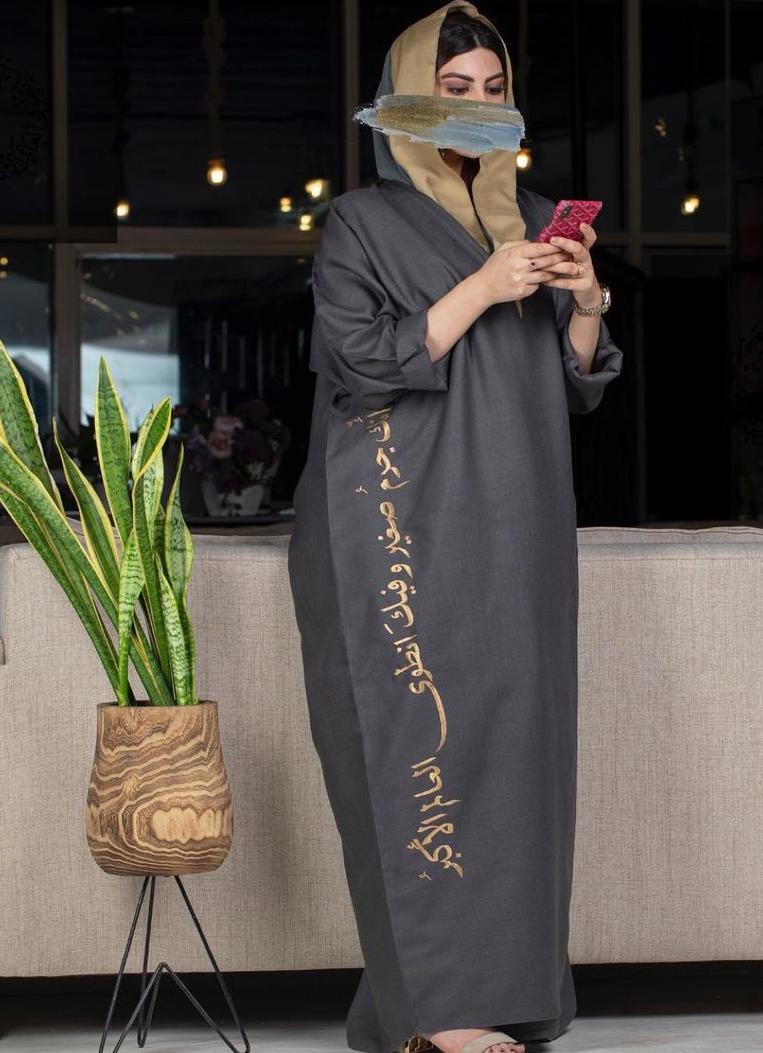 2 عباية بكتابة عربية من فاطمة عبدالله -الصورة من حسابها على الانستغرام
