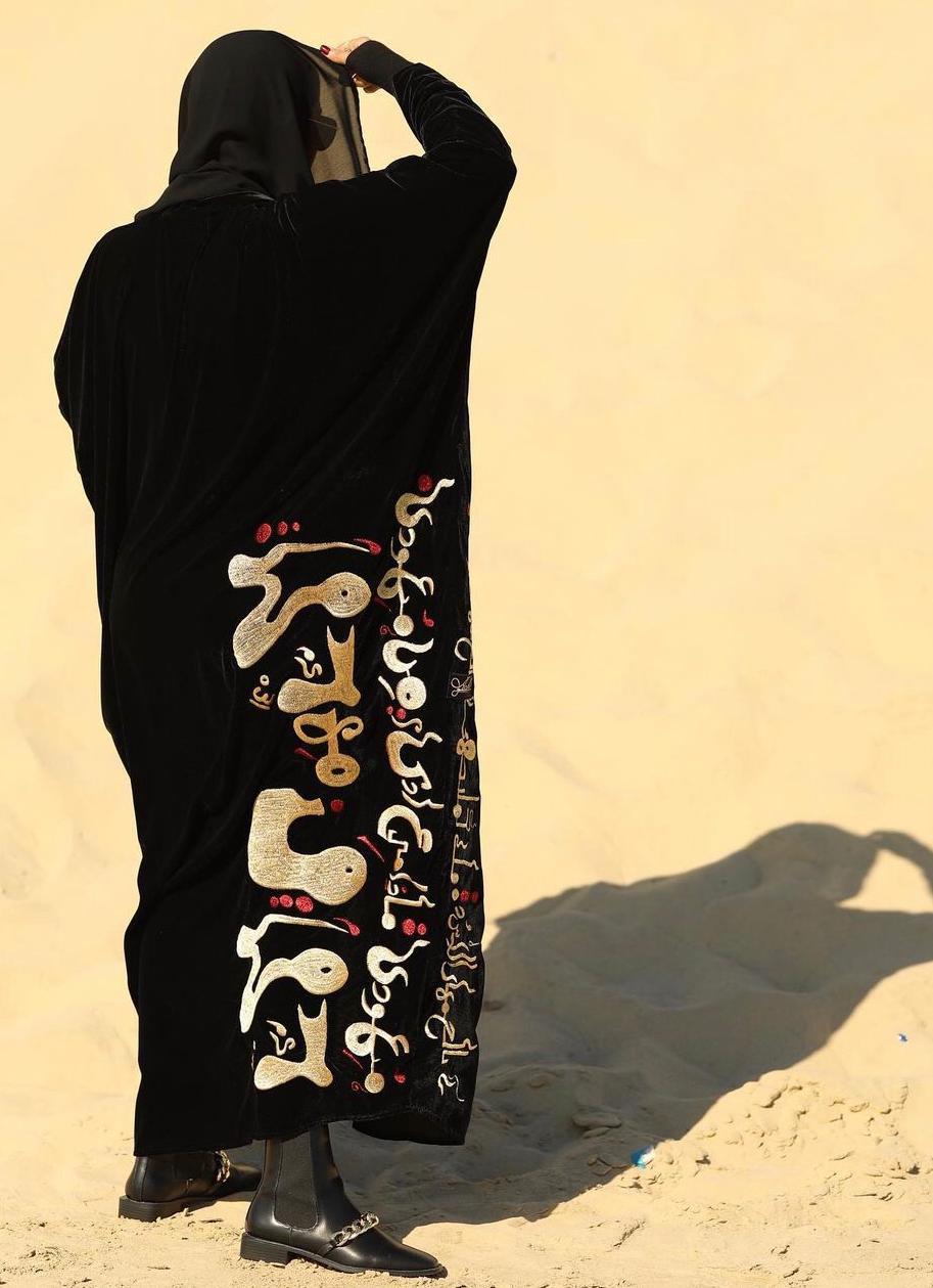 3 عباية بحروف عربية من المصممة حنان التركي -الصورة من حسابها على الانستغرا