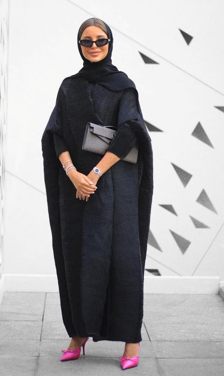 3 فاطمة حسام بالعباية السوداء -الصورة من حسابها على الانستغرام