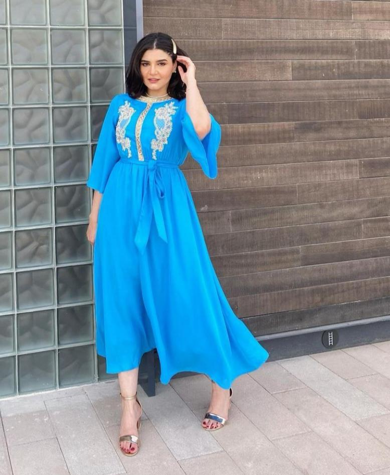 4 الممثلة نورا بجلابية كاجوال زرقاء -الصورة من حسابها على الانستغرام