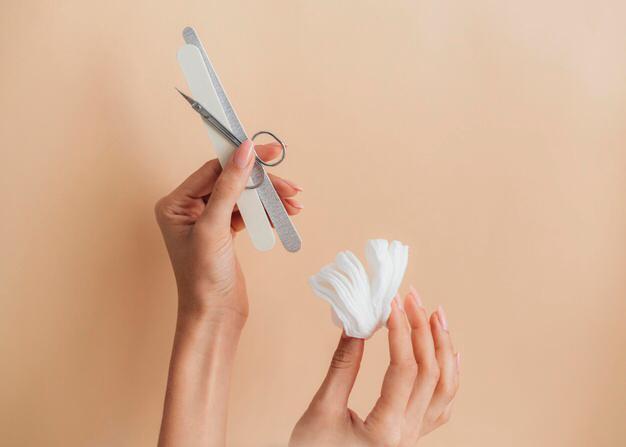 الشريط اللاصق لإصلاح الأظافر المتكسرة