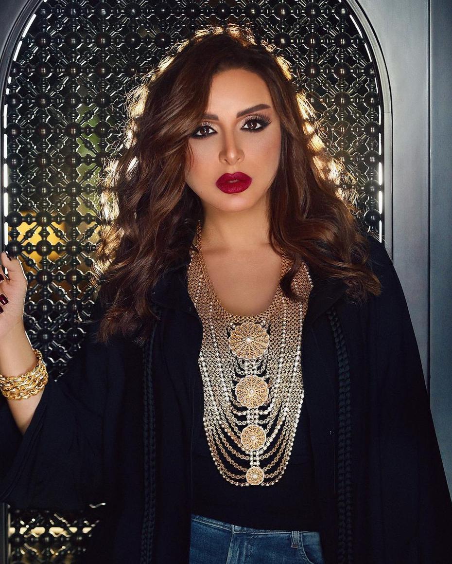 5 انغام بالمكياج الخليجي مع الشعر الويفي -الصورة من حسابها على الانستغرام