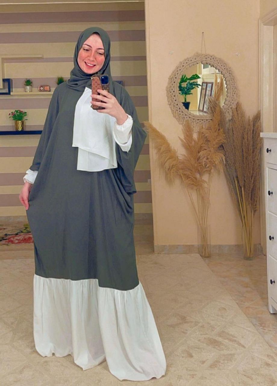 5 روزي محمود بعباية الصلاة بألوان حيادية -الصورة من حسابها على الانستغرام