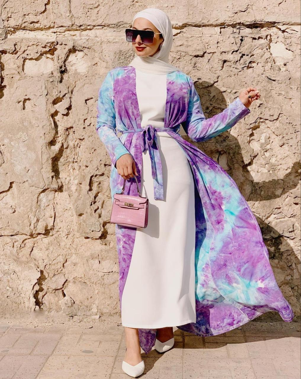 6 فستان ناعم مع عباية مطبعة من هدير موسى -الصورة من الانستغرام