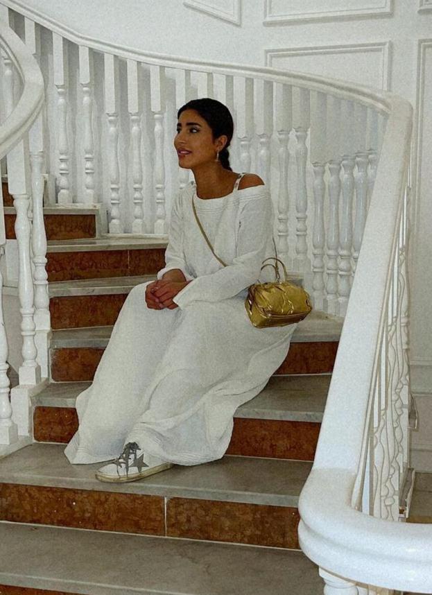 6 ليلى عبدالله بجلابية بيضاء بوهيمية -الصورة من حسابها على الانستغرام