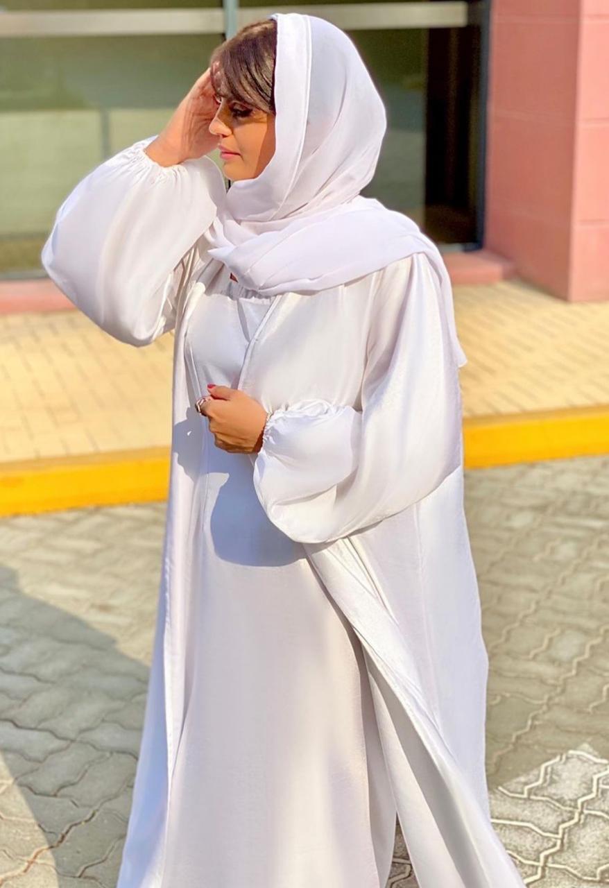 6 منى الملا بعباية بيضاء باكمام منفوخة -الصورة من الانستغرام