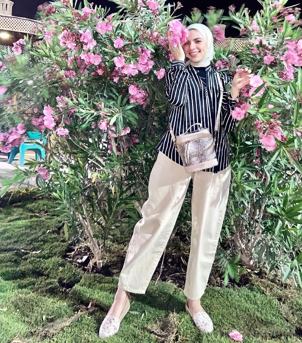 6 مي محمد بالازياء حيادية الالوان -الصورة من حسابها على الانستغرام