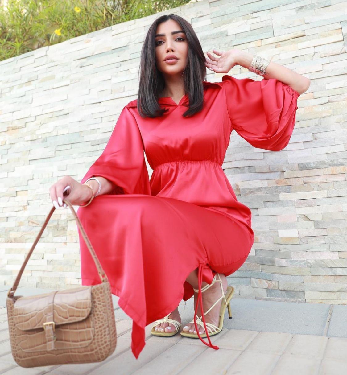 6 رينة فرح بفستان من الساتان الاحمر -الصورة من حسابها على الانستغرام