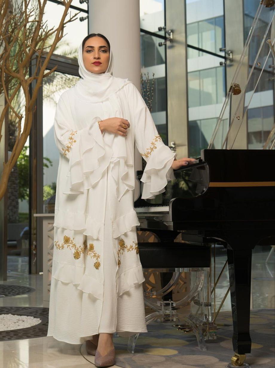 7 عباية بيضاء مطرزة بالذهبي للمناسبات من تاج نور -الصورة من الانستغرام