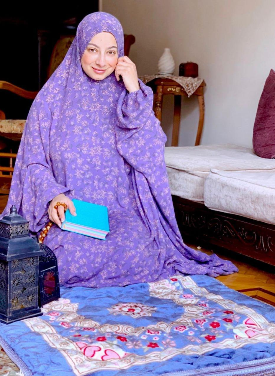 7 هدير موسى بعباية موردة للصلاة -الصورة من حسابها على الانستغرام