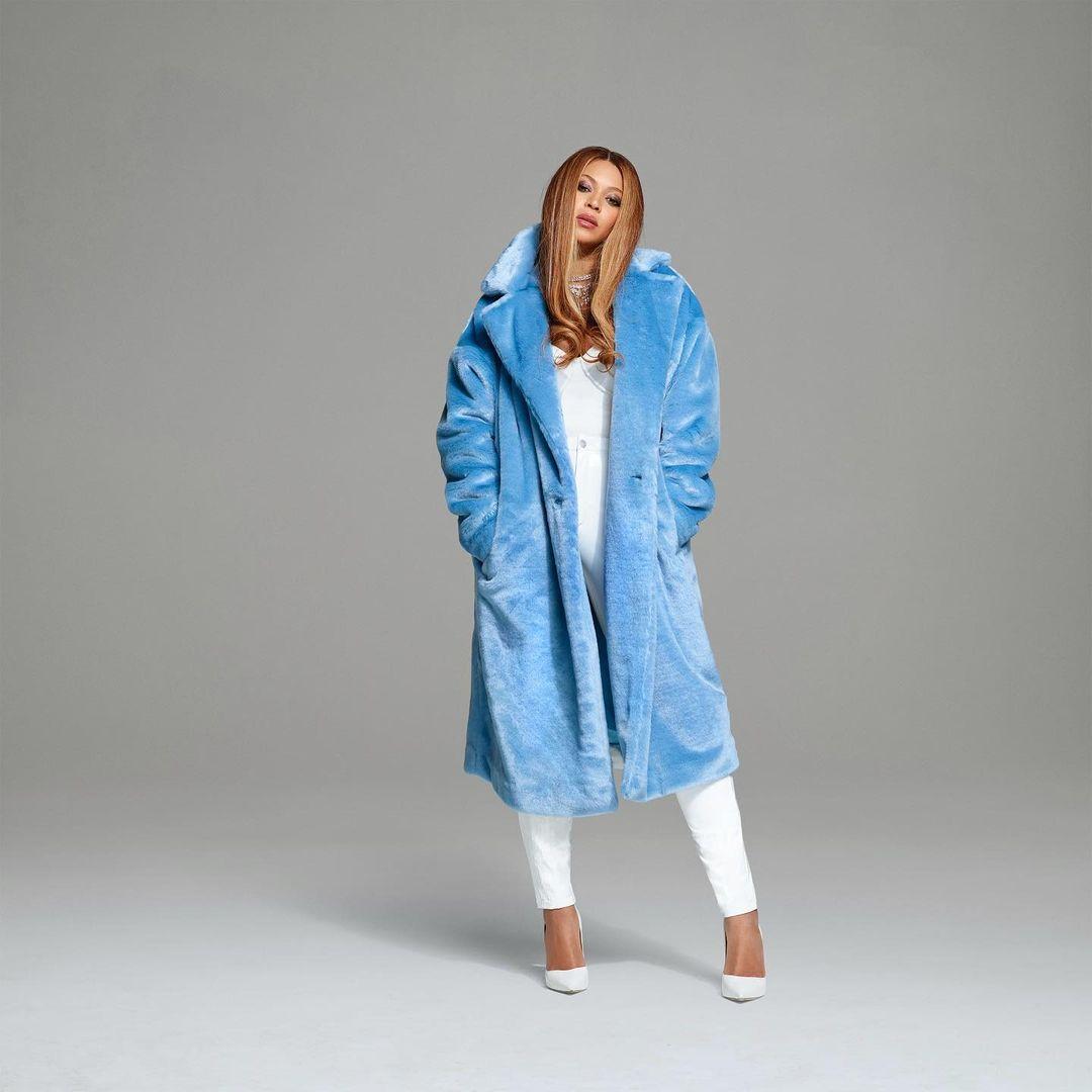 بيونسي ترتدي المعطف الباستيل مع الأبيض صورة من انستقرام @weareivypark