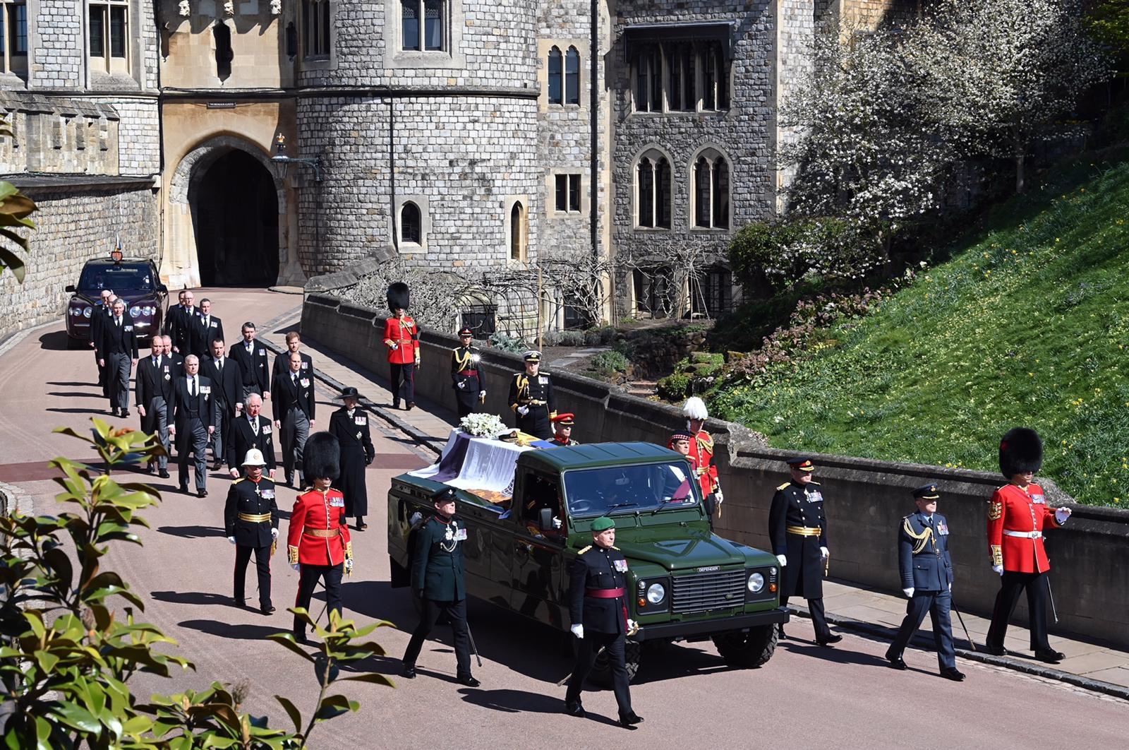 عدل بنفسه سيارة اللاند روفر ديفيندر التي نقلت نعشه-الصورة من موقع العائلة المالكة