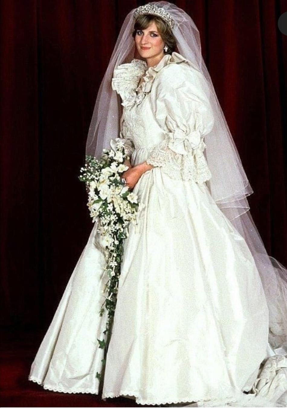 فستان الأميرة ديانا بأكمامه المنتفخة وأقواسه وفتحاته من الدانتيل- الصورة من إنستغرام