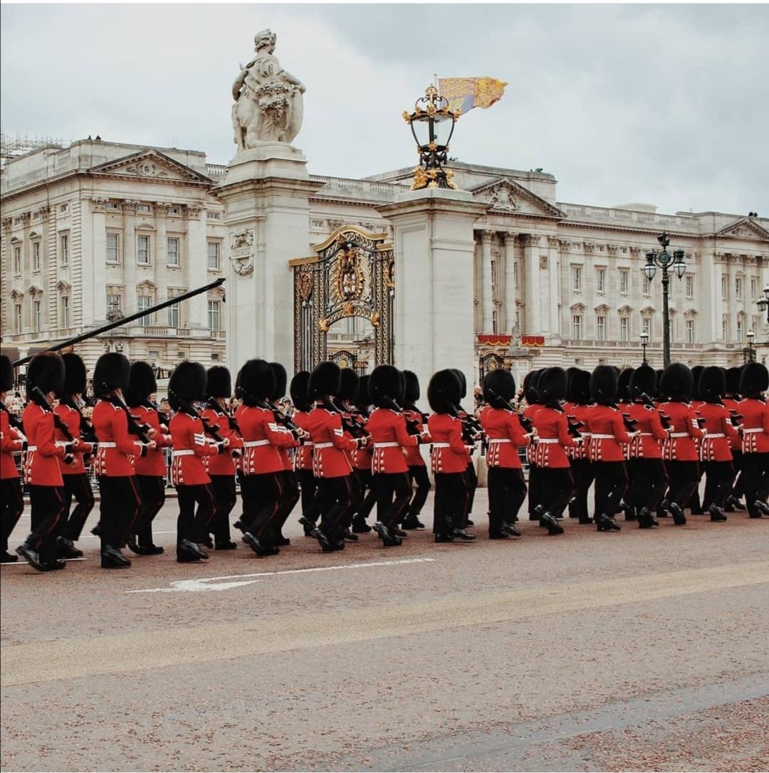 حشد من الجنود أمام قصر باكنجهام- الصورة من إنستغرام