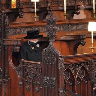 جلوس الملكة إليزابيث الثانية وحيدة حزينة بقداس زوجها حطم القلوب-الصورة من تويتر