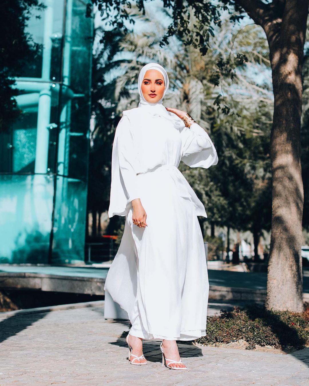الفستان الماكس الأبيض حل مثالي لنهار رمضان من حساب دلال الدوب