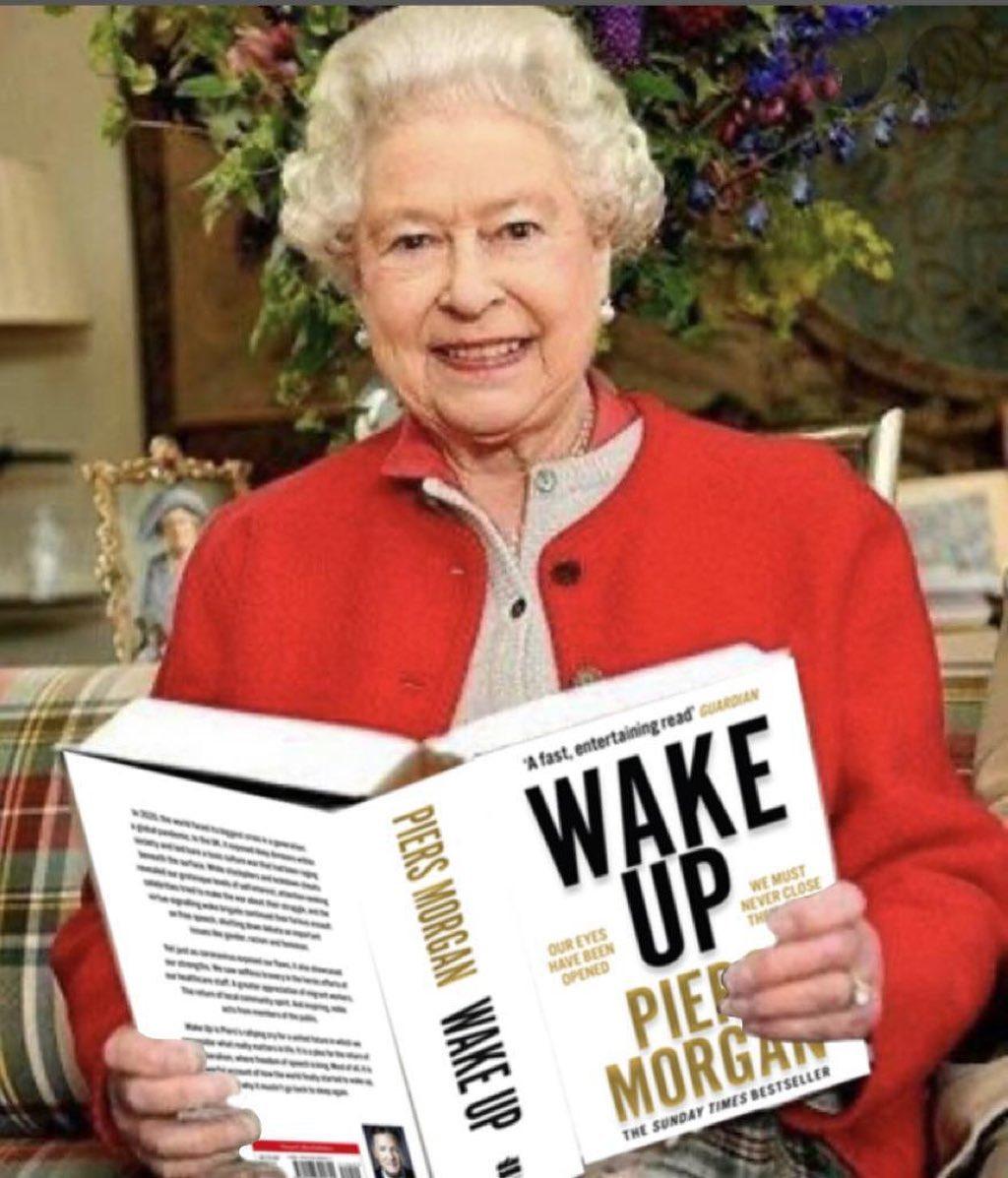 الملكة إليزابيث تقرأ كتاب إستيقط من تأليف بيرس مورغان