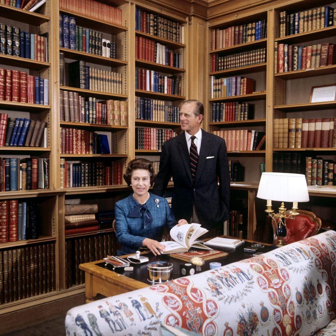 الأمير فيليب وزوجته الملكة إليزابيث في مكتبة قلعة بالمورال عام1979-الصورة من أنستغرام