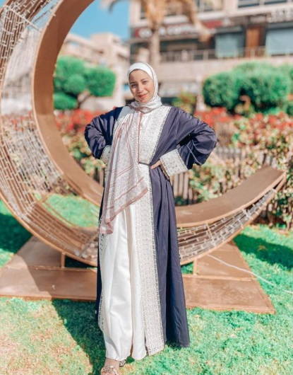 مريم سيف بقفطان باللون الأزرق الداكن مع الأبيض-صورة 4- الصورة من حسابها على إنستغرام