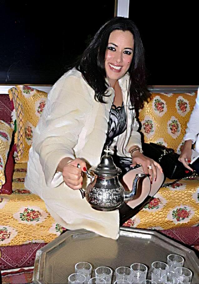 سعيدة باعدي مع صينية الشاي المغربي