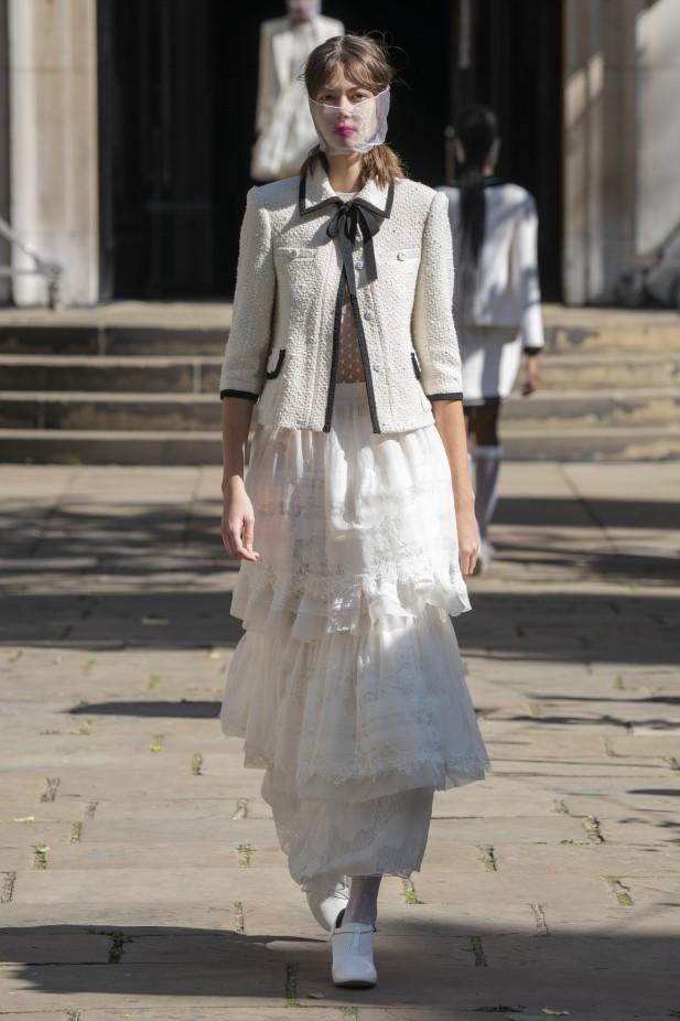 تنورة بيضاء بتصميم الكشكش من بورا آكسو Bora Aksu