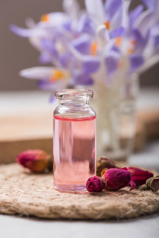 طريقة استخدام ماء الورد للوجه قبل النوم