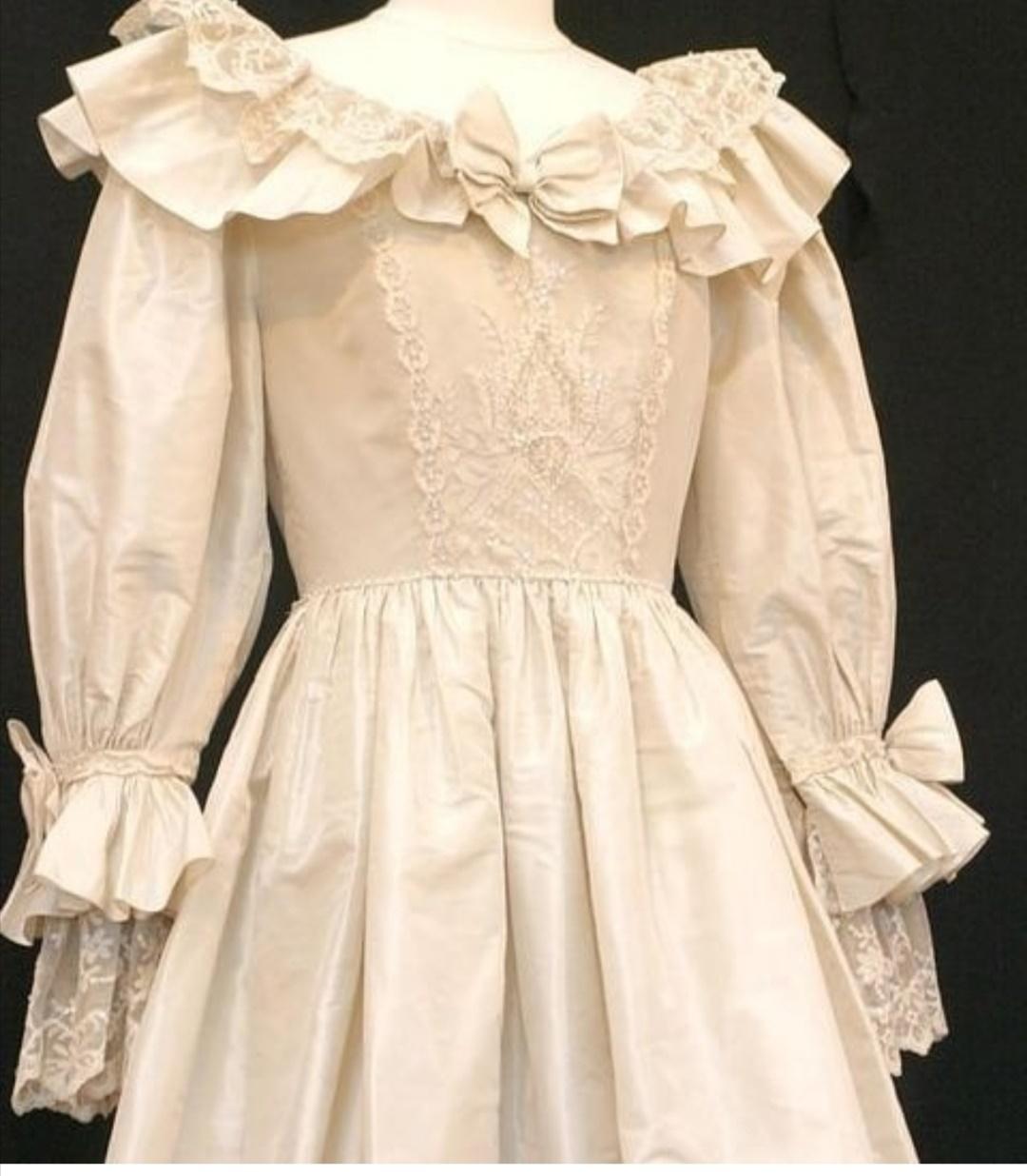 يتميز الفستان بصدرية مثبتة  في الوسط من الأمام والخلف- الصورة من إنستغرام