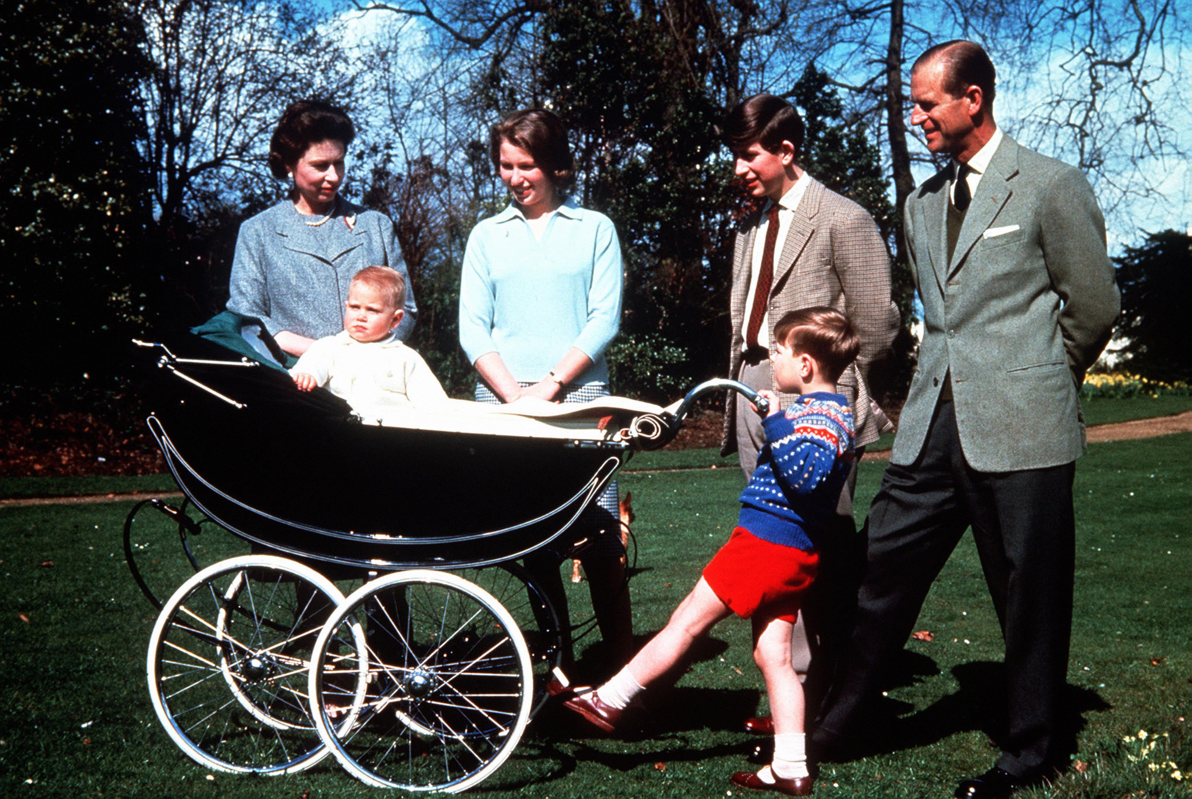ظل يرتدي الحذاء منذ زواجه لغاية وفاته في المناسبات الخاصة والعامة الهامة-الصورة من موقع العائلة المالكة