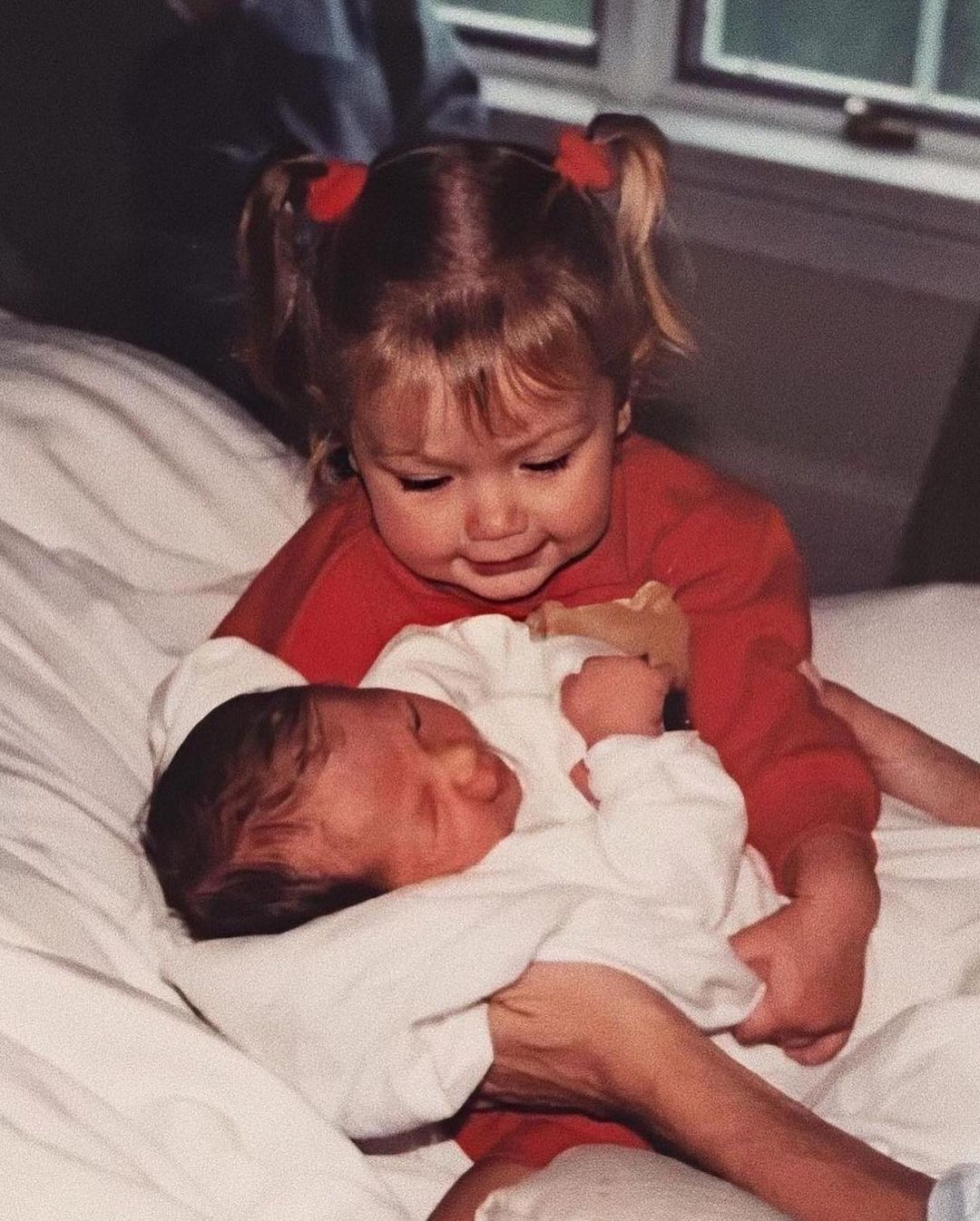 جيجي تحمل شقيقتها بيلا الحديثة الولادة-نشرتها بيلا بأنستغرام