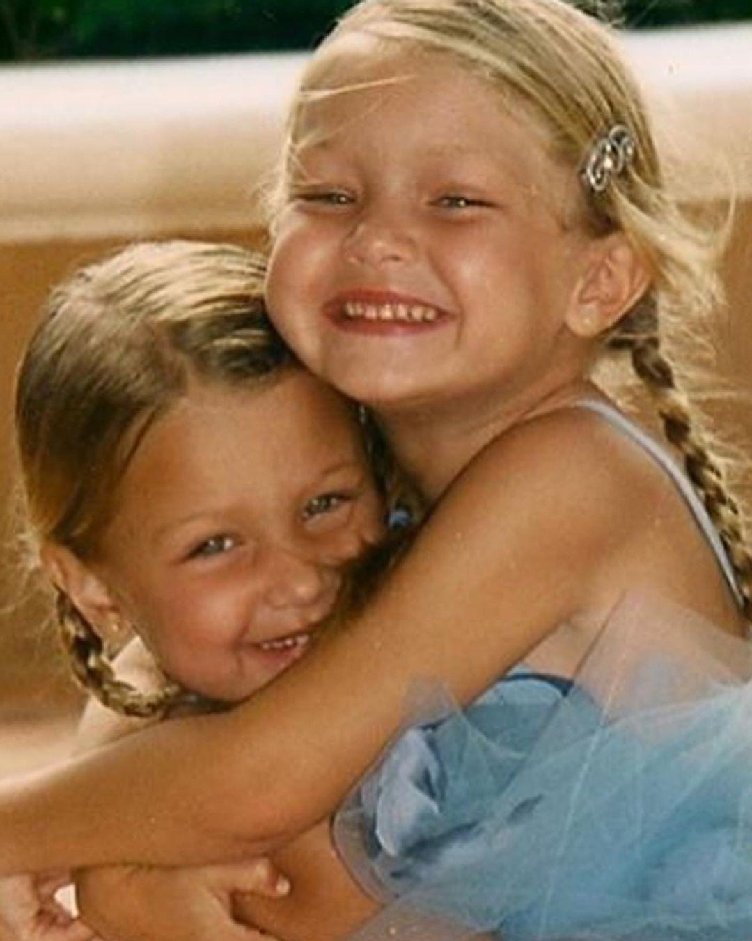 جيجي وبيلا في مرحلة الطفولة