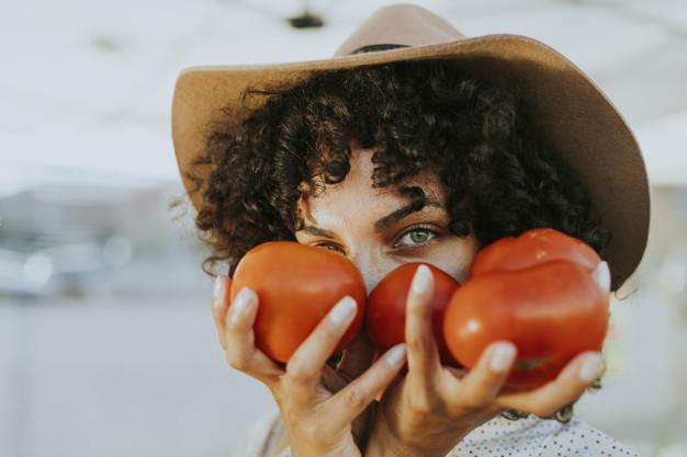 الطماطم لتنعيم الشعر