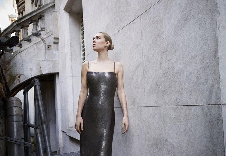 فانيسا كيربي ترتدي من Atelier Versace الصورة من موقع النجمة على انستقرام