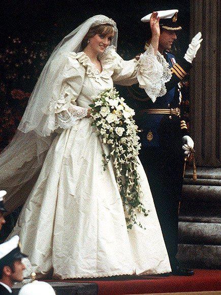 الأميرة ديانا والأمير شارلز علي درج سانت بول يوم زفافهما عام 1981 – الصورة من Pinterest