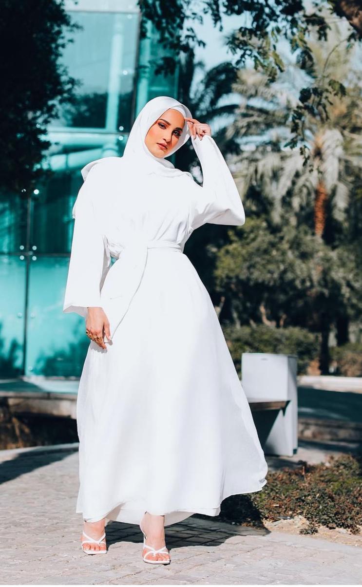 دلال الدوب بفستان ابيض محتشم -الصورة من حسابها على الانستغرام