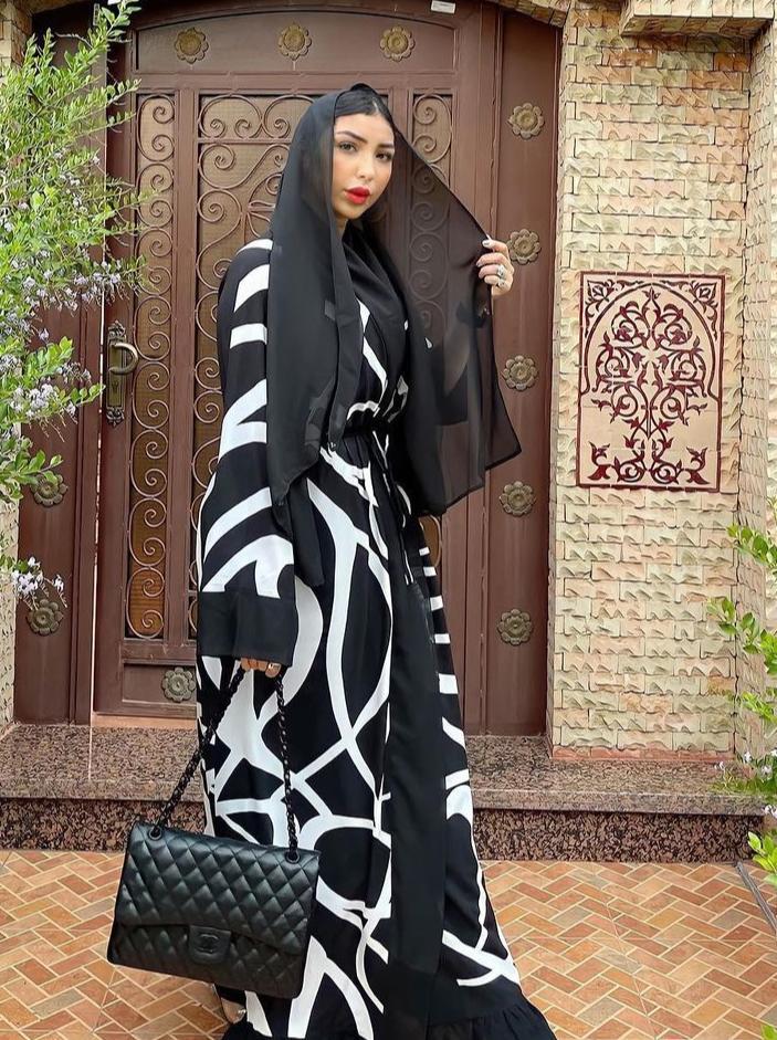 دنيا بطمة بالعباية الخليجية السوداء -الصورة من حسابها على الانستغرام
