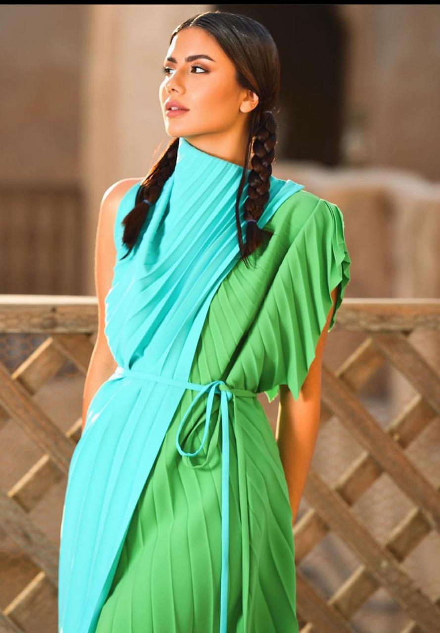 ديما الاسدي بفستان بيليسي بلونين مختلفين -الصورة من حسابها على الانستغرام