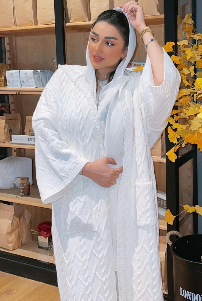 امل الانصاري بعباية بيضاء باكمام واسعة -الصورة من حسابها على الانستغرام
