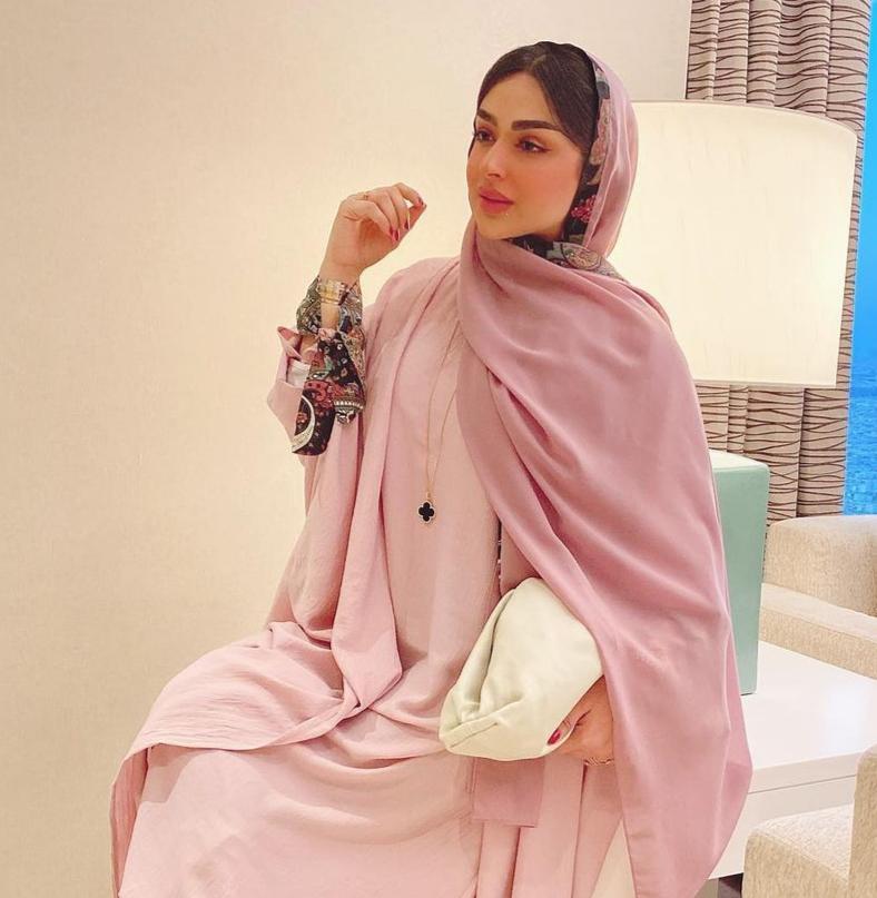 امل الانصاري بحجاب زهري -الصورة من حسابها على الانستغرام
