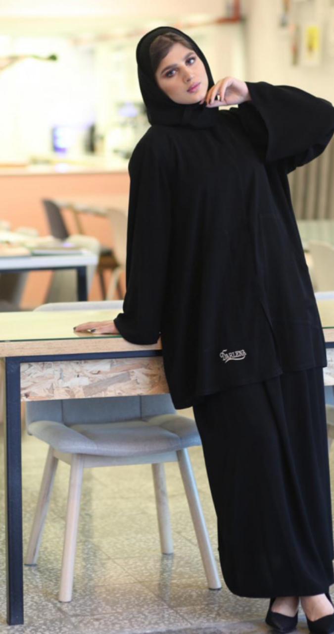 عباية بقطعتين من دار لينا -الصورة من الانستغرام