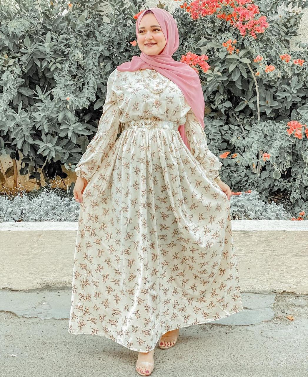 الفستان المطبعة مع حزام الخصر من المدونة المصرية ايمان ممدوح -الصورة من الانستغرام