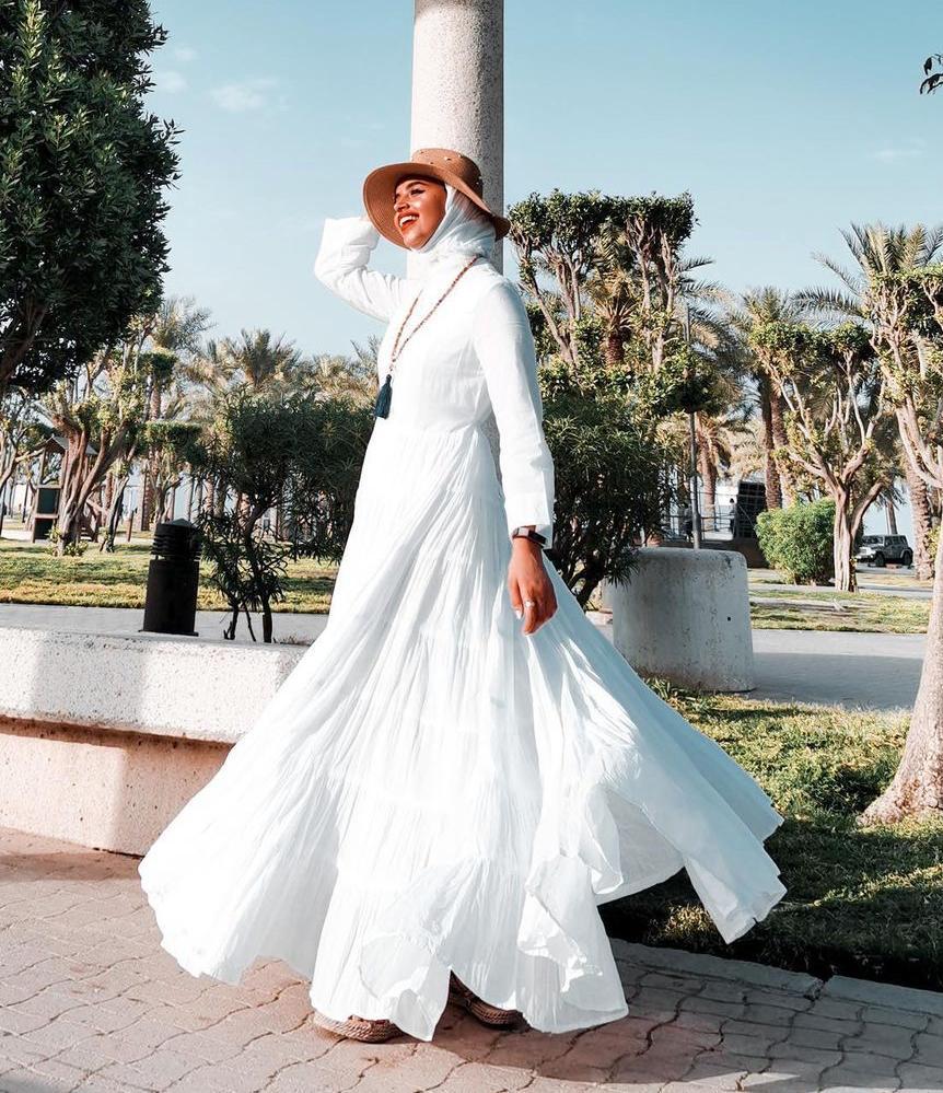 لولوة الخطاف بفستان أبيض صيفي -الصورة من حسابها على الانستغرام