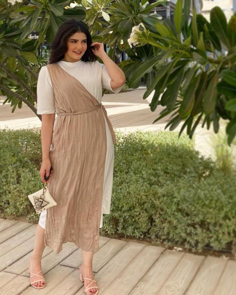 نورا محمد بفستان حيادي الالوان -الصورة من حسابها على الانستغرام